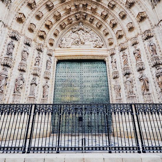 Ruta nocturna guiada por la Sevilla encantada