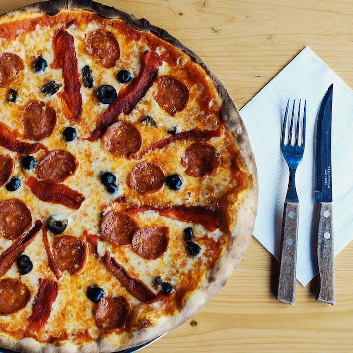 La Puttana: Pizzas deliciosas ao almoço e jantar!