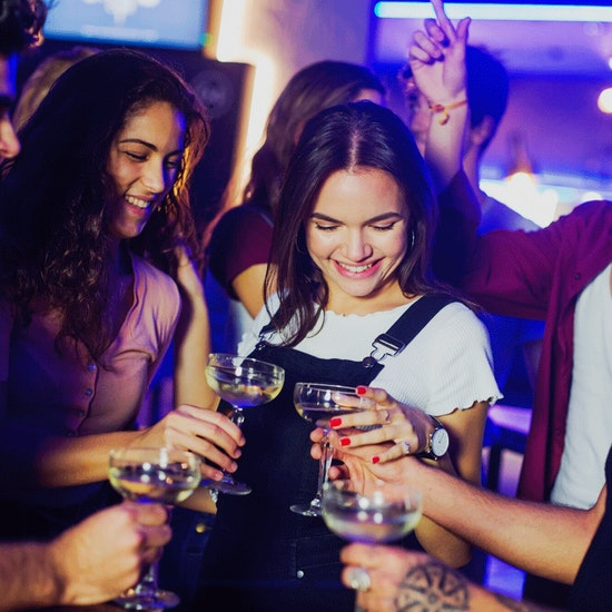 Hat trick en The Strad Club: comida, bebida y dardos