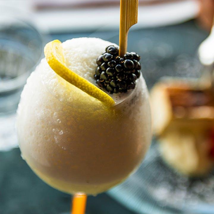 Menú Maridaje +  Copa gratuita con Roku Gin en Ella Sky Bar Madrid