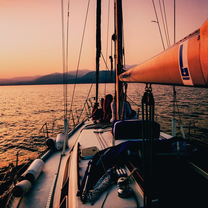 Passeio exclusivo ao pôr do sol num barco à vela