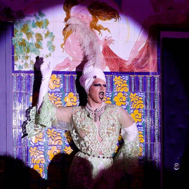 Dîner par Vanessa Robuschi et show Drag Queen aux Belles Poules