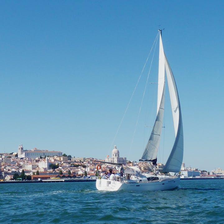 Navega pelo rio Tejo a bordo de um veleiro