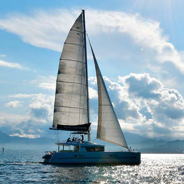 Dîner au coucher du soleil à bord d'un catamaran