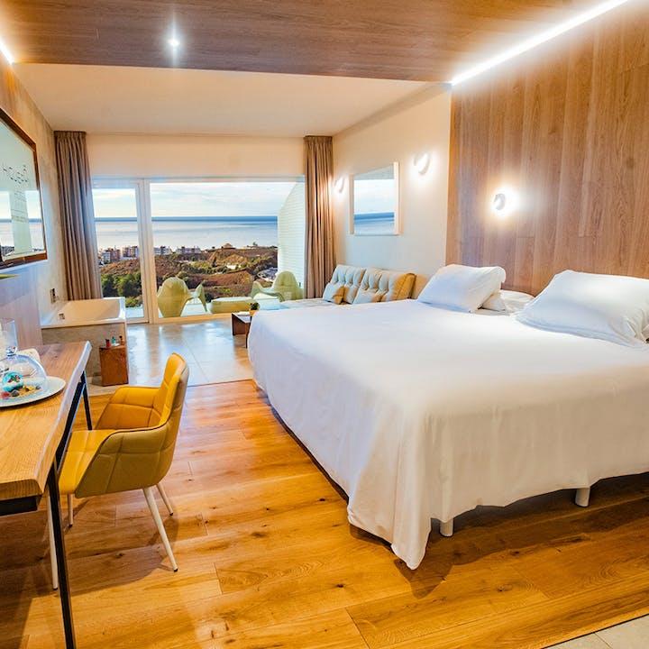 Experiencia Premium Suites en Higuerón Hotel 5* para dos