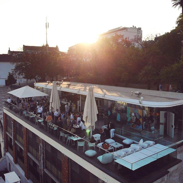 Le Chat: sunset com DJ ao vivo e jantar incluído para 2 pessoas