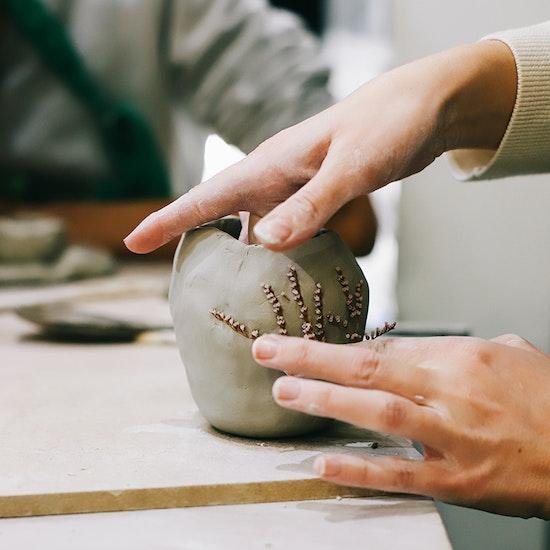 Atelier créatif : Modelage à l'argile avec une céramiste en live